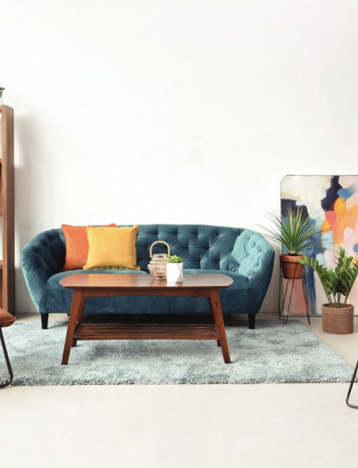 Mix and Match Furniture Kayu dan Colorful untuk Ruang Tamu Cozy
